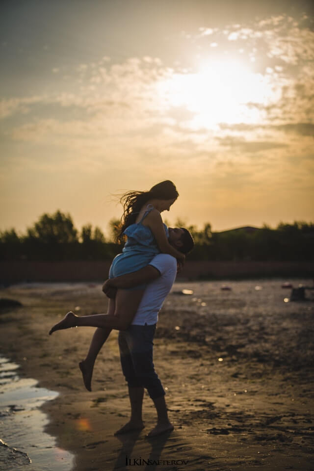 hugging-couple-beside-seashore